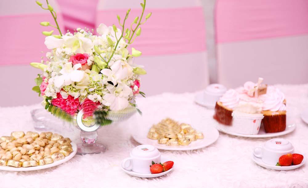 Đính hôn tràn ngập hoa tươi từ trong ra ngoài